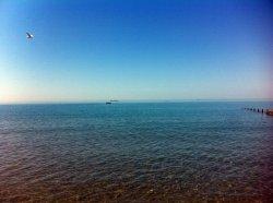 Фата Моргана в заливе Сандаун; грузовое судно на расстоянии, похоже, плавает над горизонтом в результате миража.
