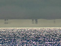Fata Morgana искажает изображения отдаленных лодок до неузнаваемости.