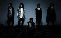Dir en grey, экстремальная металлическая группа, связанная с движением VK (Вижуал кей), демонстрирующая образ, похожий на западный дэт-метал стиль.