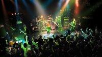 Посещение и участие в концертах столь же важно в Visual kei, как и в субкультурах рок и хэви-метала, о чем свидетельствуют поклонники стиля вижуал кей группы Exist Trace.