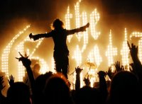 Поклонники вижуал кей вскинули руки и показали жесты тяжёлого металла во время концерта The GazettE.