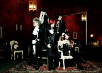 Exist Trace 2012, группа Visual Kei. Женские VK-музыканты получили некоторую популярность из-за своего условного статуса.