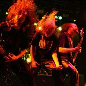 """Группа тяжёлого металла / дэт-металла, Asphyx, """"трясущаяся голова"""" во время выступления."""