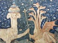Сатана (Дракон) дает Зверю моря (слева) силу, представленную скипетром в детали панели III.40 средневекового Французского Гобелена Апокалипсиса, созданного между 1377 и 1382 годами.